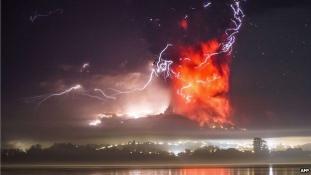 Hamufelhő és sorok a benzinkutaknál. Kitört a Calbuco vulkán