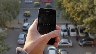 Indiában SOS gombot tesztelnek az Uber taxizók védelmében