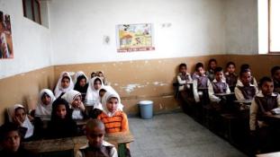 Így oldja Irán meg az afgán menekültkérdést: Kötelező iskolába járással