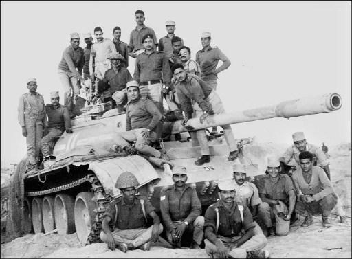 """Bangladesi fegyveresek """"pózolnak"""" egy pakisztáni tankon."""