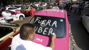 Taxisok százai tiltakoztak az Uber ellen Mexikóvárosban