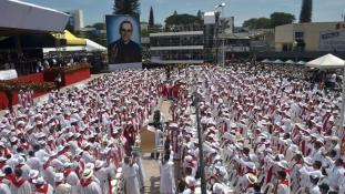 Negyedmillióan követték  Óscar Romero érsek boldoggá avatását