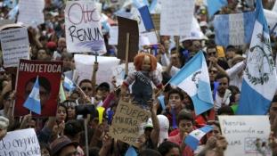 Kitartanak a tüntetők, hatvanezren zúgták, hogy Molina, takarodj!