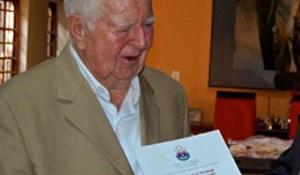 Aki 84 évesen vette át 18. diplomáját