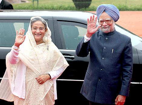 Manmohán Szingh volt indiai elnök és Haszina Vazed bangladesi miniszterelnök.