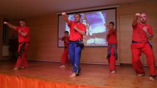 Amikor kombinálják a jógát és a harcművészetet (Fotók)