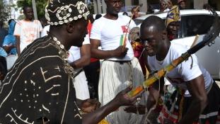 Háncsszoknya, tökedény és matyóhímzés – fesztivál Dakarban