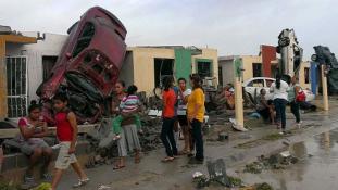 Autókat röpített a háztetőkre a tornádó Mexikóban: 19 halott
