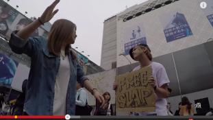 Ölelj meg kampányok után adj egy pofont kísérlet Tokió utcáin