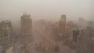 45 fokban és homokviharban fuldoklik Kairó