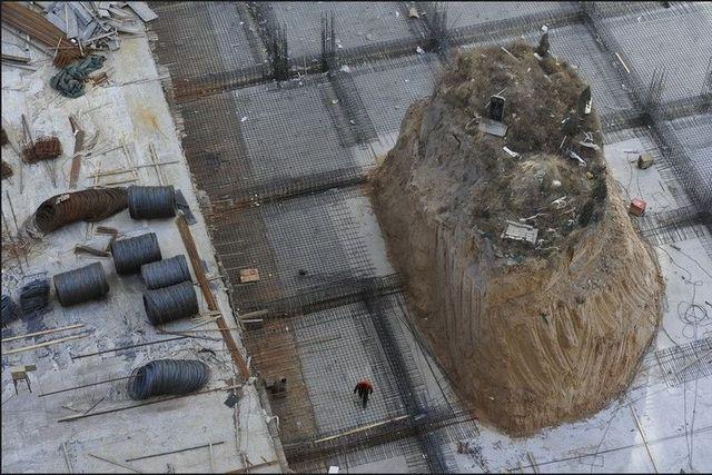 Itt egy sírhelyet hagytak ki az építkezés során.