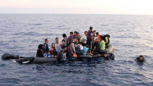 Gazdasági bevándorlókat mentettek ki a Földközi-tengerből