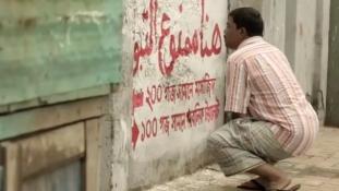 Arab feliratokkal a nyilvános vizelés ellen
