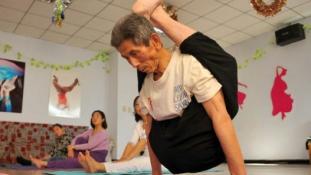 Más már lépni sem tud ennyi idősen, a 84 éves jógapapa a nyakába veszi a lábát (fotókkal)
