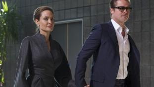 Allűrök nélkül: A Pitt-Jolie házaspár másodosztályon repült vakációra