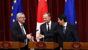 Tokióban nemigen lazáskodhat Juncker
