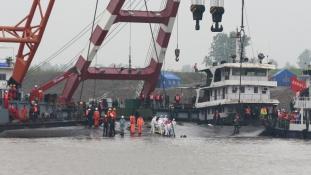 Kínai hajóbaleset: több tucat holttestet találtak a helyszínen  (videó)