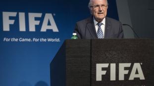 Mégis lemond Sepp Blatter