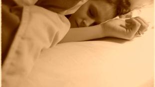 Álmatlan éjszakák okozzák az Alzheimer-kórt