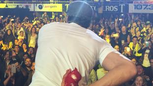 Véresre verte egy drón  Enrique Iglesias kezét