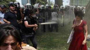 Így bűnhődik a rendőr, aki könnygázzal fújt le egy nőt
