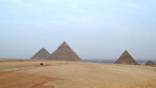 Turistarendőröket lőttek le a gízai piramisoknál