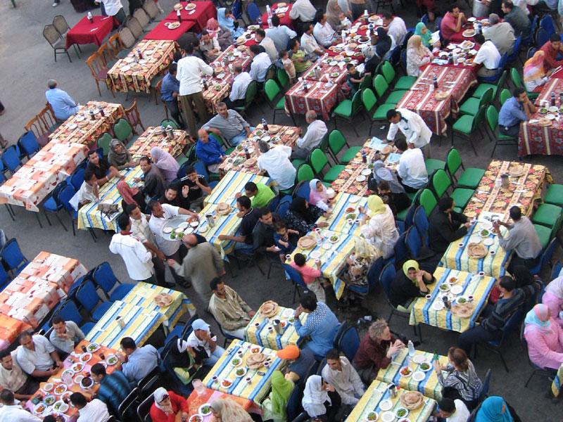 Vacsoraasztal a szegényeknek Kairóban.