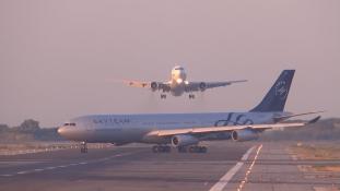 Csak hajszálon múlt egy újabb légikatasztrófa (videóval)