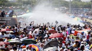 Vízágyúkkal hűsítették a tömeget a pápai mise alatt