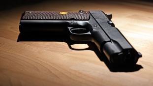Agyonlőtte hároméves húgát egy pisztollyal játszó amerikai kisfiú