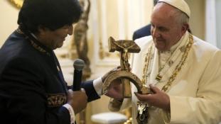 Ferenc  pápa ajándékai: a sarló-kalapács formájú feszület nincs egyedül