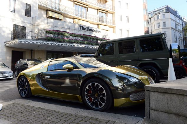 BUGATTI VEYRON AT THE DORCHESTER TODAY PICTURE JEREMY SELWYN 24/10/2013