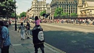 ISIS zászlóval a Big Ben alatt