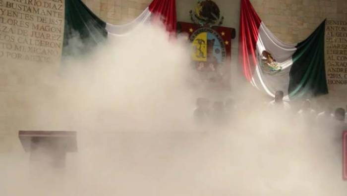 Könnygázzal oszlatták magukat a képviselők Mexikóban (videóval)