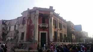 Hatalmas autóbomba robbant Kairóban, az olasz konzulátusnál