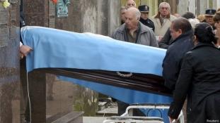 Apasági vizsgálat miatt exhumálták a legendás F1 pilótát, Fangiót
