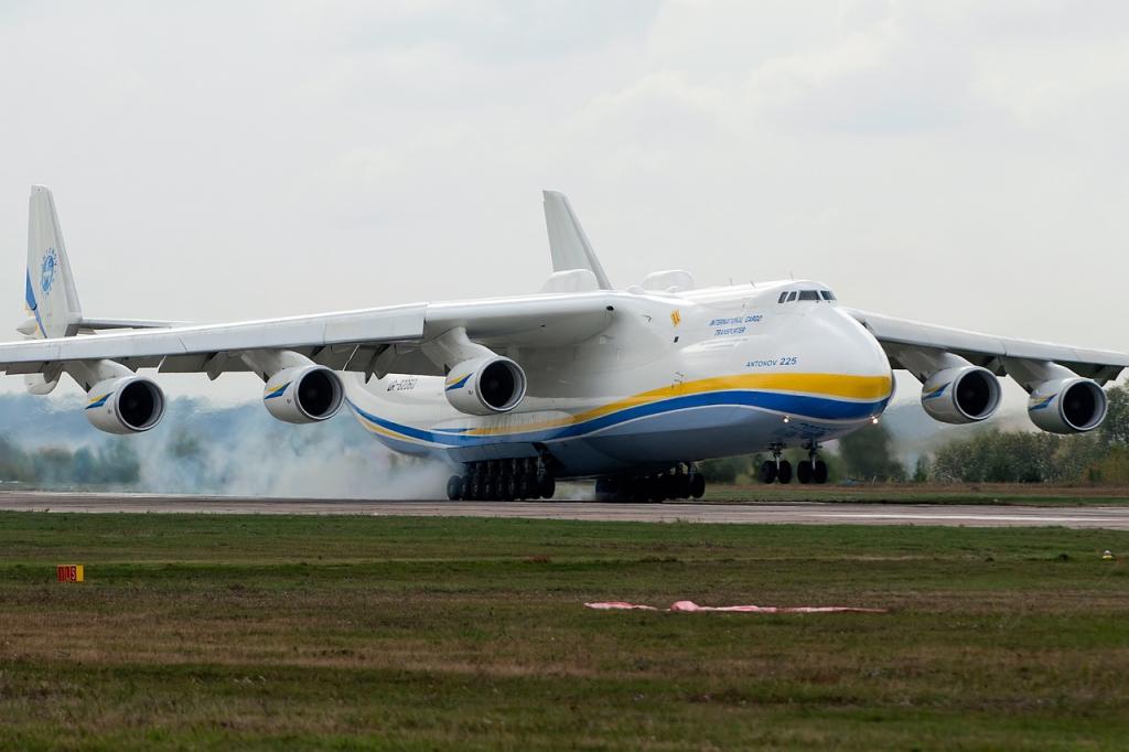 Antonov_An-225_Mriya,_Antonov_Design_Bureau_AN1916372