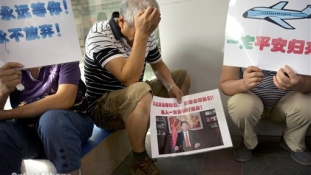 Eltűnt utasszállító – Pekingben tüntettek az áldozatok hozzátartozói