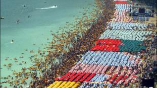 Óriási tömegek a parton