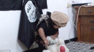 Videón fejezi le a maciját a harcosnak öltöztetett ISIS-óvodás