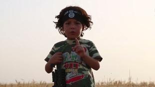 A négyéves kiskölyök, akinek átmosták az agyát, és kardot nyomtak a kezébe