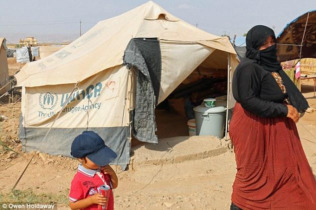 """""""Bohar"""" és kisfia a menekülttáborban. Fotó: Daily Mail"""