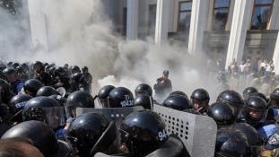 Megrohamozták az ukrán parlament épületét, halott is van