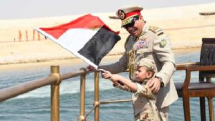 Ki a kiskölyök, aki az elnök mellett lengette a zászlót az új Szuezi-csatornán?