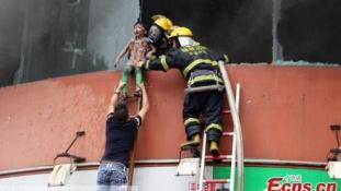 Kidobálták a gyerekeket az  égő óvoda ablakából