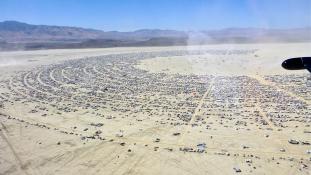 Burning Man buli közepébe zuhant a kamera egy drónról