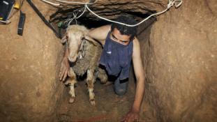 Vízzel árasztják el a csempészalagutakat Gázában
