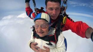 93 évesen  ejtőernyőzött az orosz szupernagyi