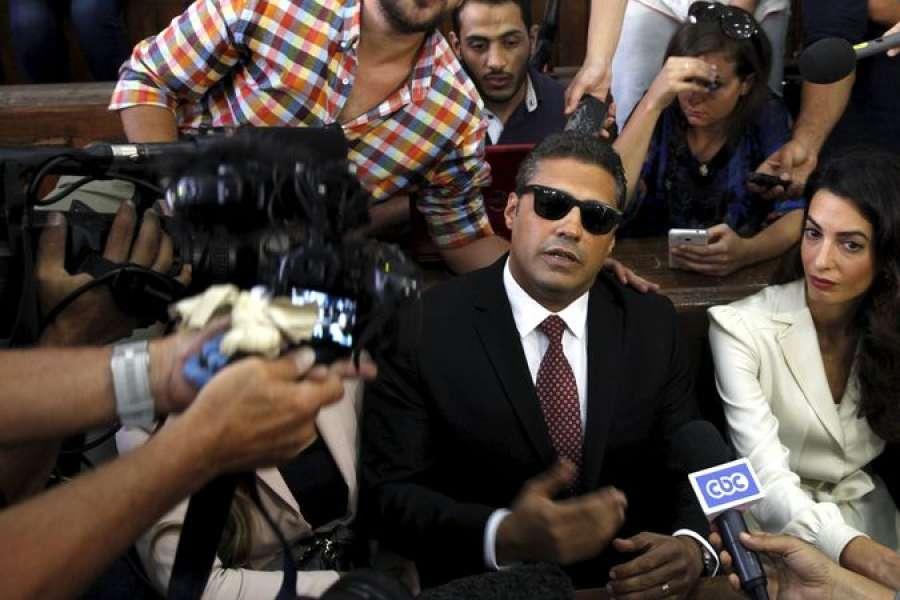 Amal Clooney és védence, az Al Jezeera újságírója akairó bíróságon augusztus 29-én, az ítélethirdetés előtt.