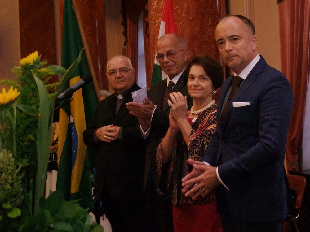Alberto Bottari de Castello apostoli nuncius, Valter Pecly Moreira Brazília Magyarországra akkreditált nagykövete és felesége , Bus Szilveszter déli nyitásért felelős helyettes államtitkár